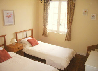 2 bedroom holiday cottage in Brittany - twin bedroom